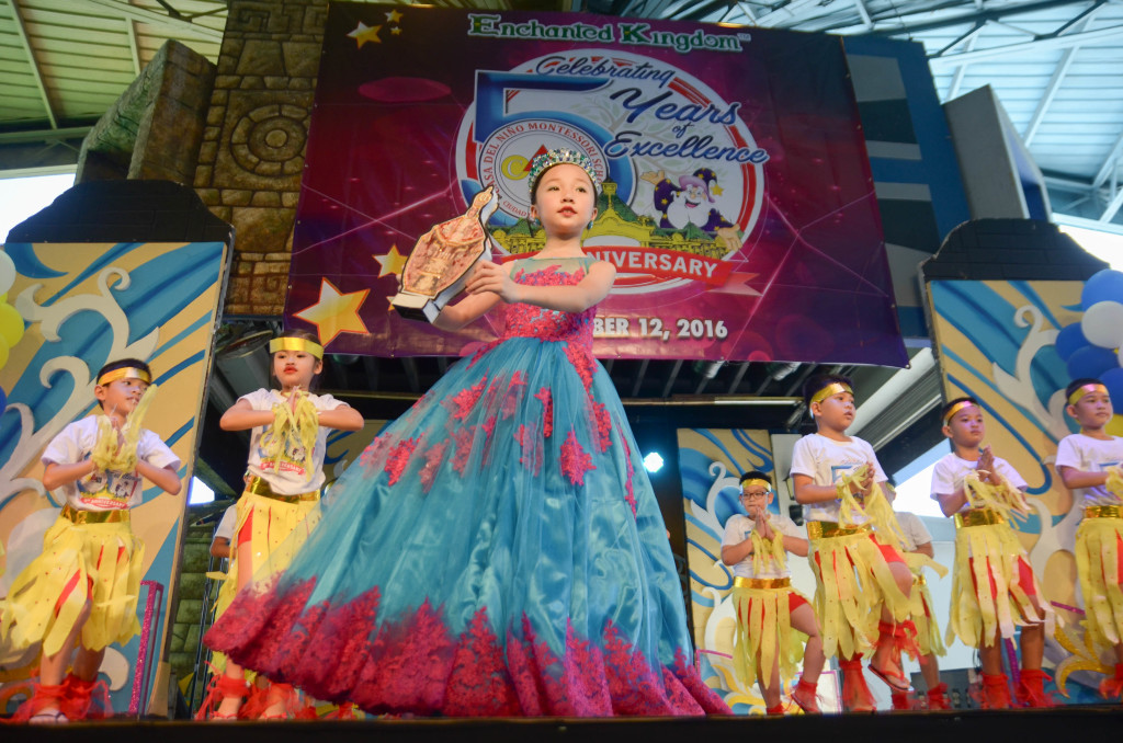 A female pupil leads her classmates in dancingtheir Sinulog-inspired number.